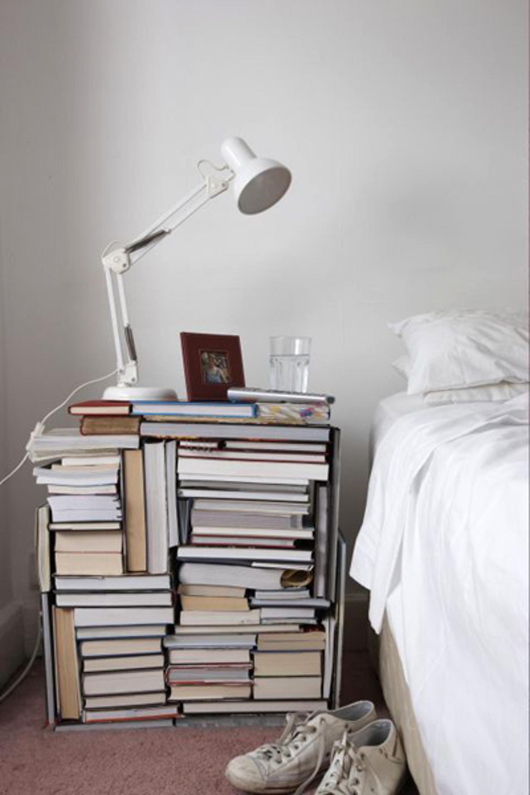 Картинки по запросу decorar con libros bedroom Decoration disasters: Remove This From Your Bedroom Immediately 2