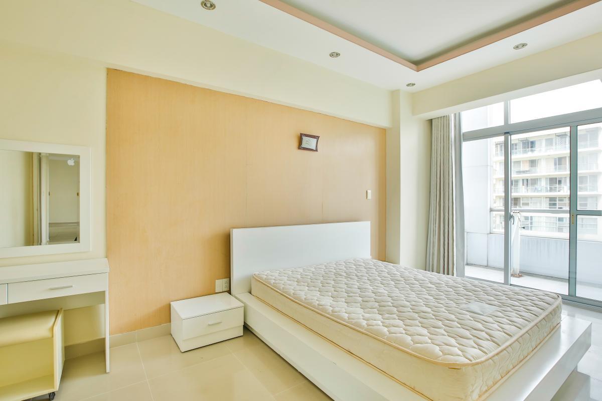 Phòng ngủ lớn có ban công Căn hộ trung tầng 3A Garden Court 1