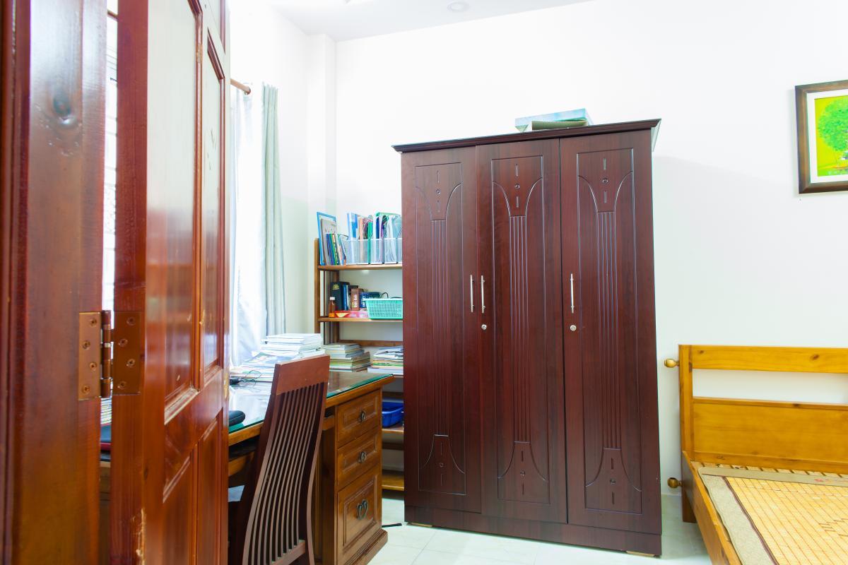 Phòng ngủ 1 với tủ đồ và góc bàn làm việc Nhà 3 tầng hẻm Bùi Văn Thêm Phú Nhuận