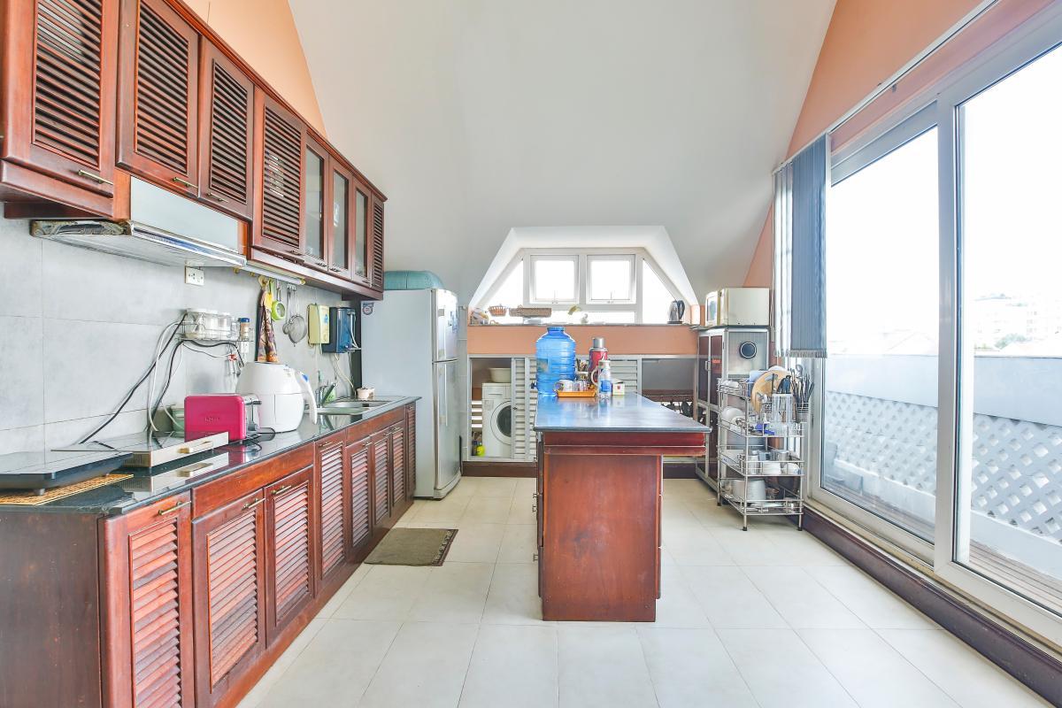 Phòng bếp tầng thượng Nhà 5 tầng mặt Hà Huy Tập quận 7