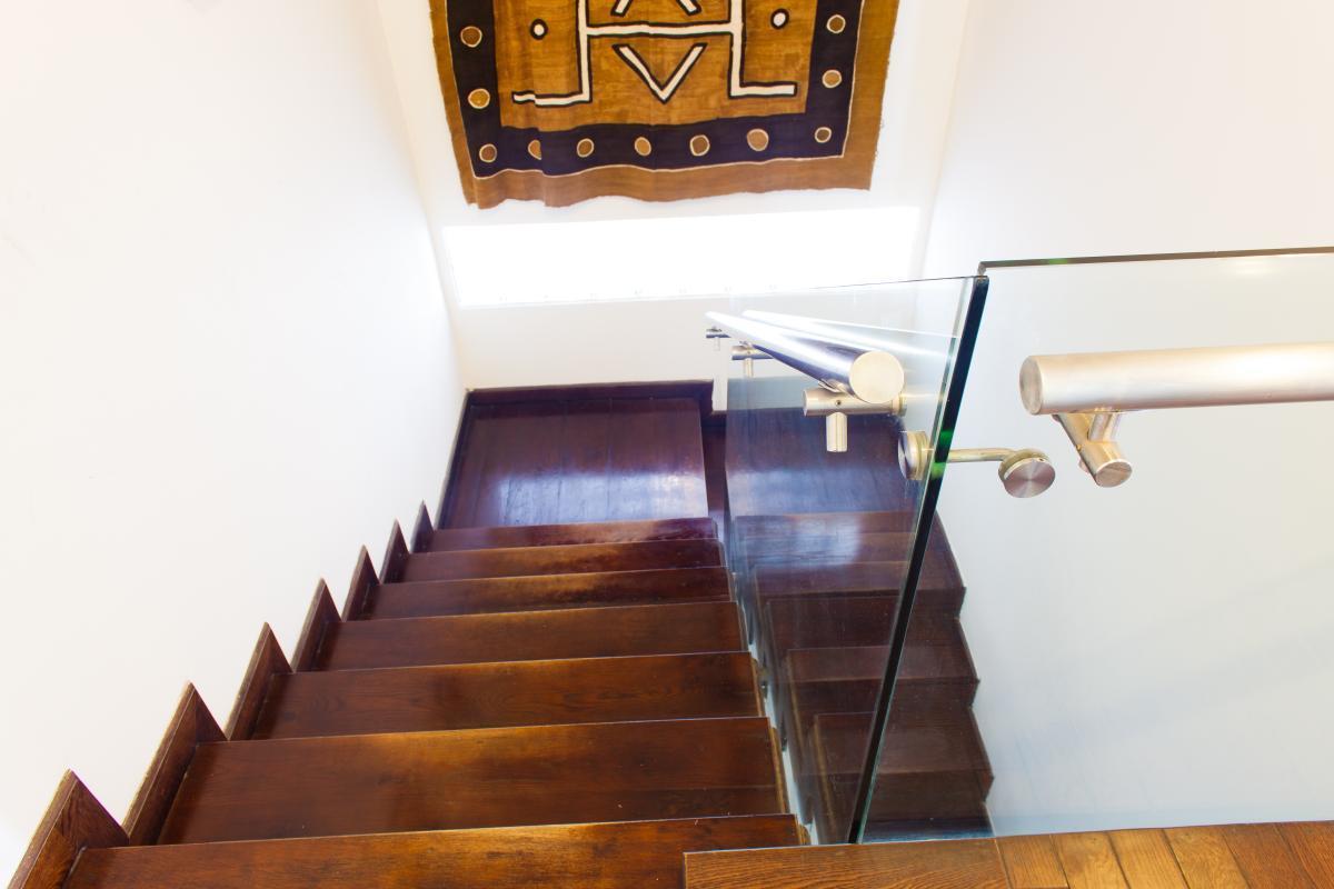 Cầu thang với bậc thang gỗ và thành kính Penthouse hướng Bắc AE Mỹ Khánh 2