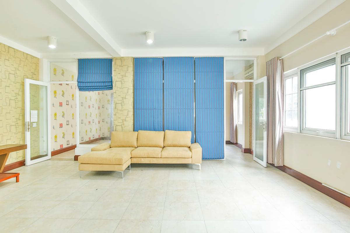 Phòng khách tầng 2 Nhà 5 tầng mặt Hà Huy Tập quận 7