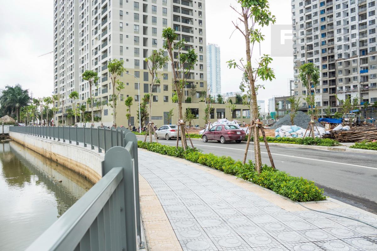 Đường nội bộ tiếp giáp hồ bơi điều hòa phía sau tòa nhà T3 và T4 Masteri Thảo Điền.