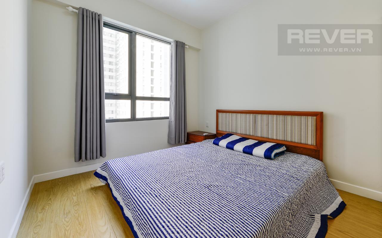 Phòng ngủ chính được trang bị giường ngủ Căn hộ Masteri Thảo Điền tầng cao T1A hướng Đông Bắc, đủ nội thất