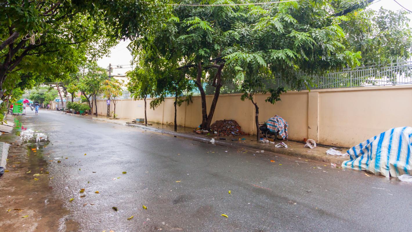 Đường trước nhà rộng rãi và được trải nhựa Nhà 5 tầng hướng Tây mặt tiền  Trần Văn Dư Tân Bình