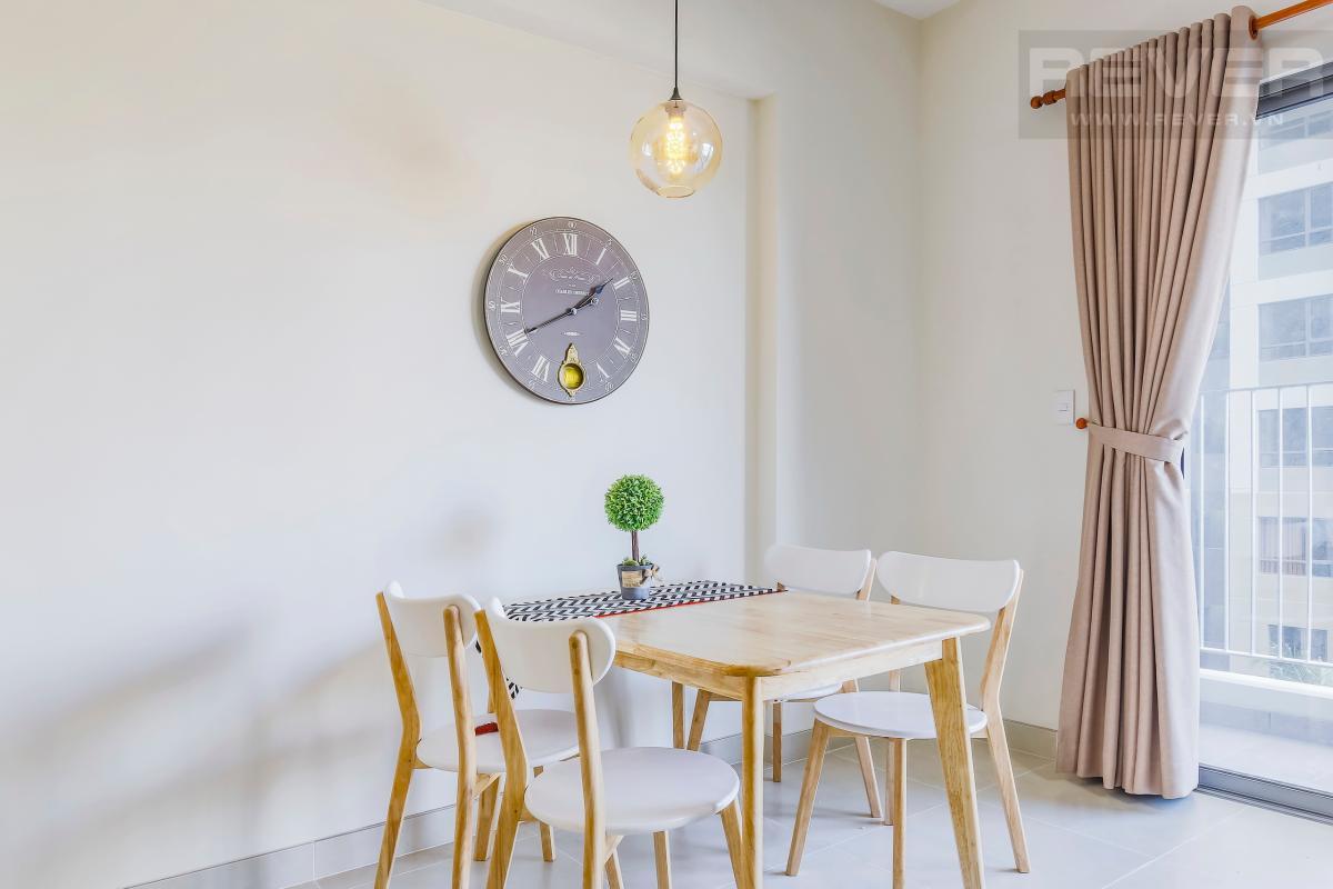 Bàn ăn gần ban công và phòng khách Căn góc trung tầng T4B Masteri Thảo Điền