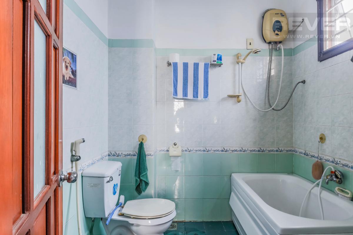 Phòng tắm với bồn tắm Villa 3 tầng Đường số 12 Trần Não