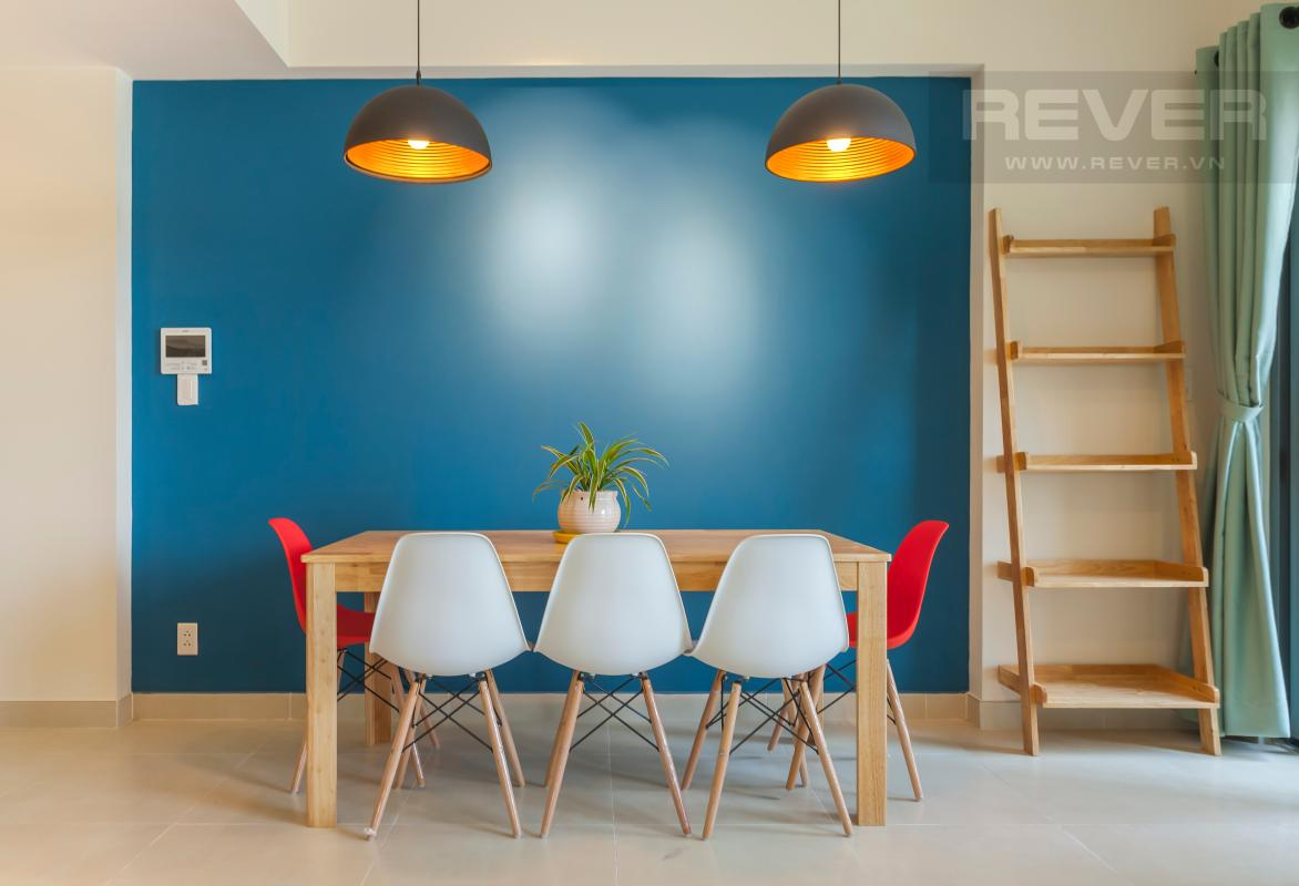 Bức tường xanh cùng hai đèn trần tạo nên sức hút cho khu vực bàn ăn Căn góc hướng Đông Nam tầng cao T3B Masteri Thảo Điền