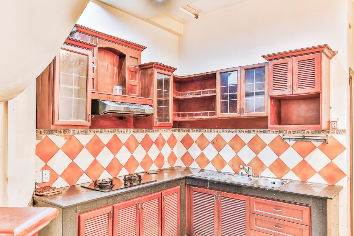 Phòng bếp với tủ kệ bếp truyền thống Nhà 4 tầng hẻm Nguyễn Thị Huỳnh Phú Nhuận
