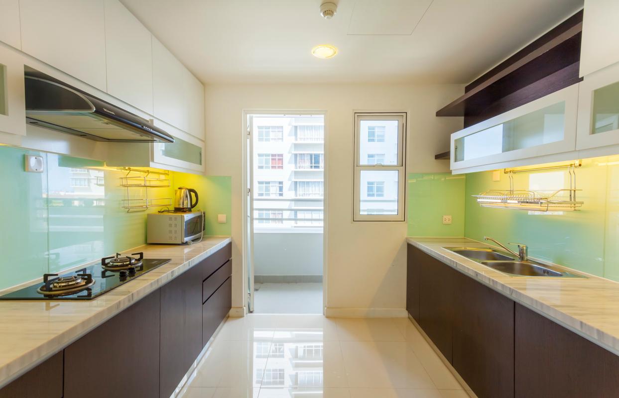 Phòng bếp đi ra ban công Căn góc trung tầng V1 Sunrise City