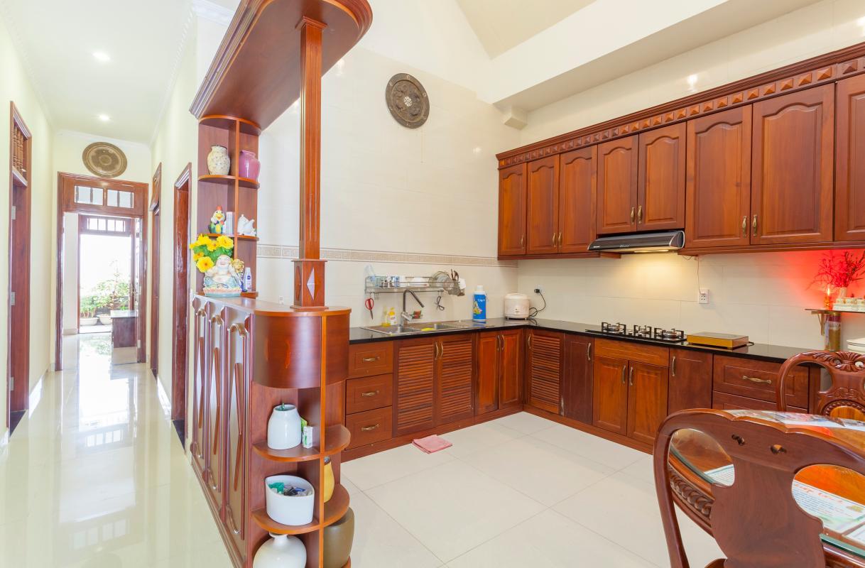 Phòng bếp thoáng đãng Villa hướng Tây Bắc Đường 12 Thảo Điền