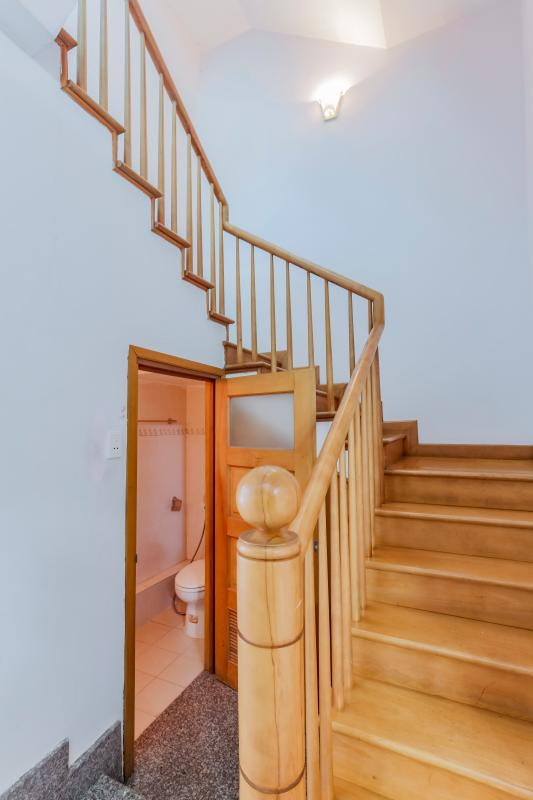 Cầu thang với thanh và bậc thang gỗ. Nhà 3 tầng mặt tiền Phạm Cự Lượng Tân Bình