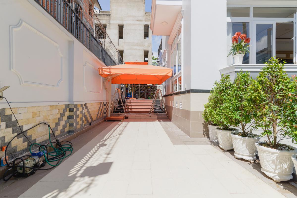Sân khuôn viên bên ngoài Villa 3 tầng compoud Hà Đô