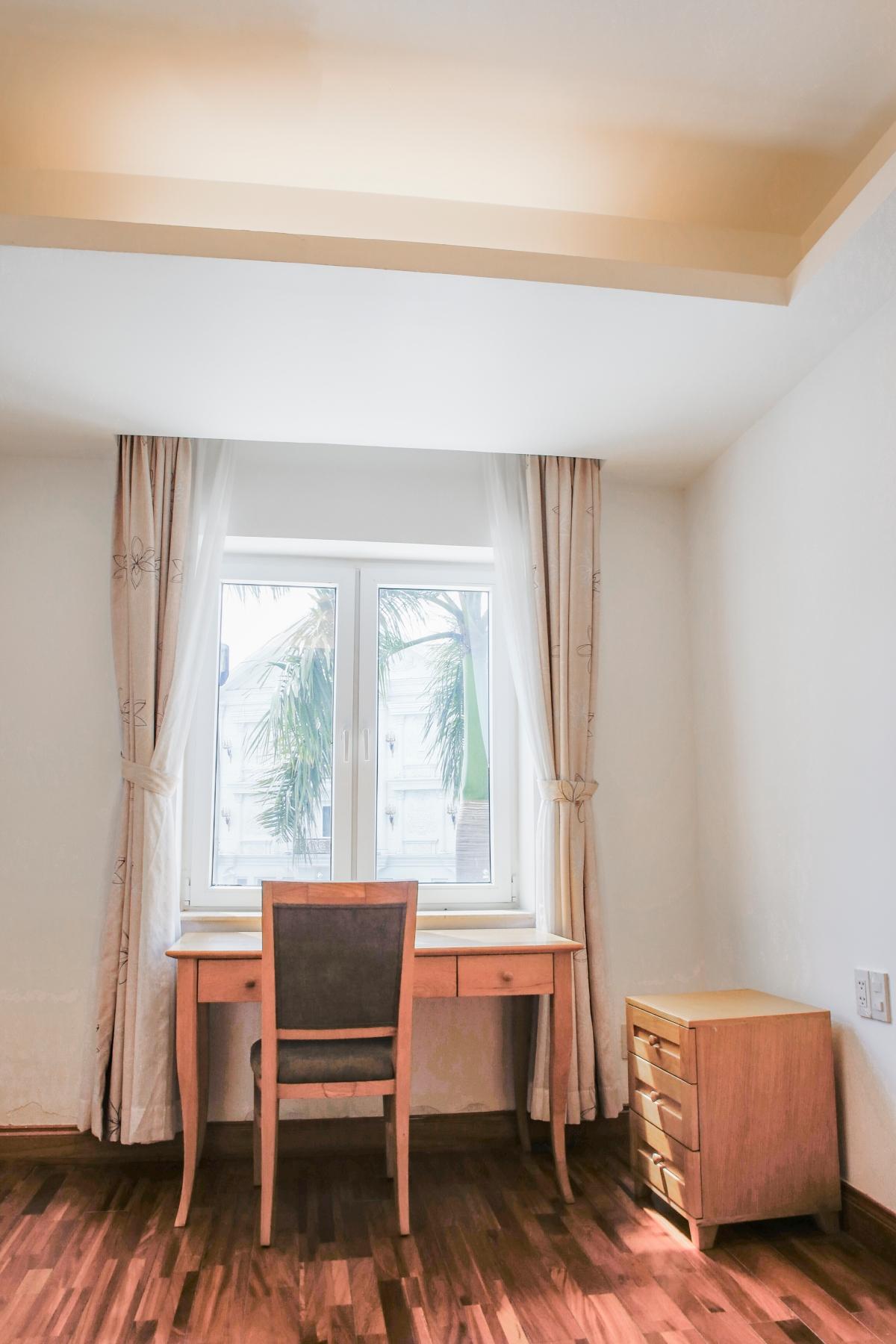 Góc bàn làm việc ở phòng ngủ Villa view sông Riverside Palace Thảo Điền