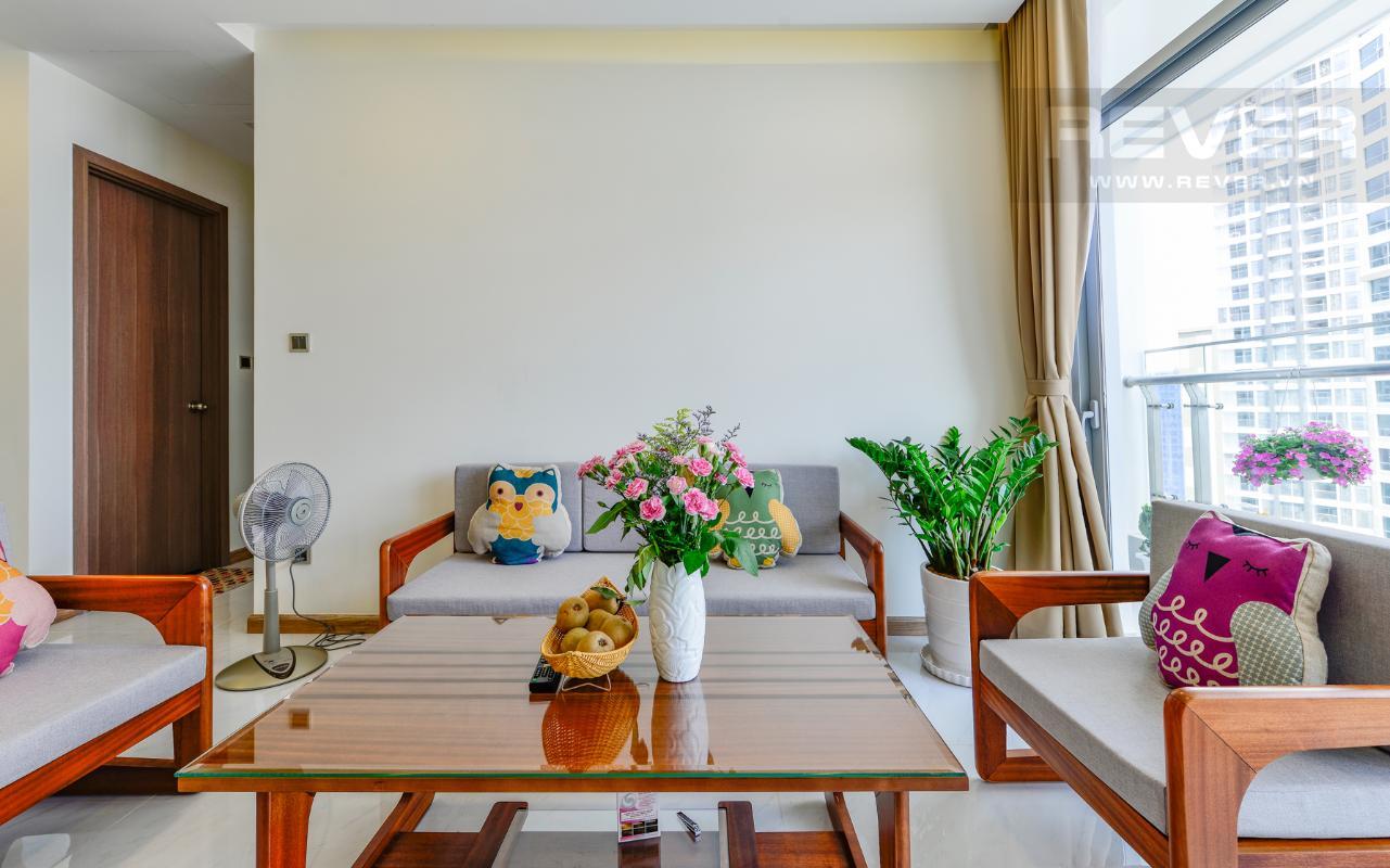 Phòng khách sinh động với bình hoa và chậu vạn niên thanh Căn hộ The Park tầng cao tháp P5, nhìn về sông Sài Gòn