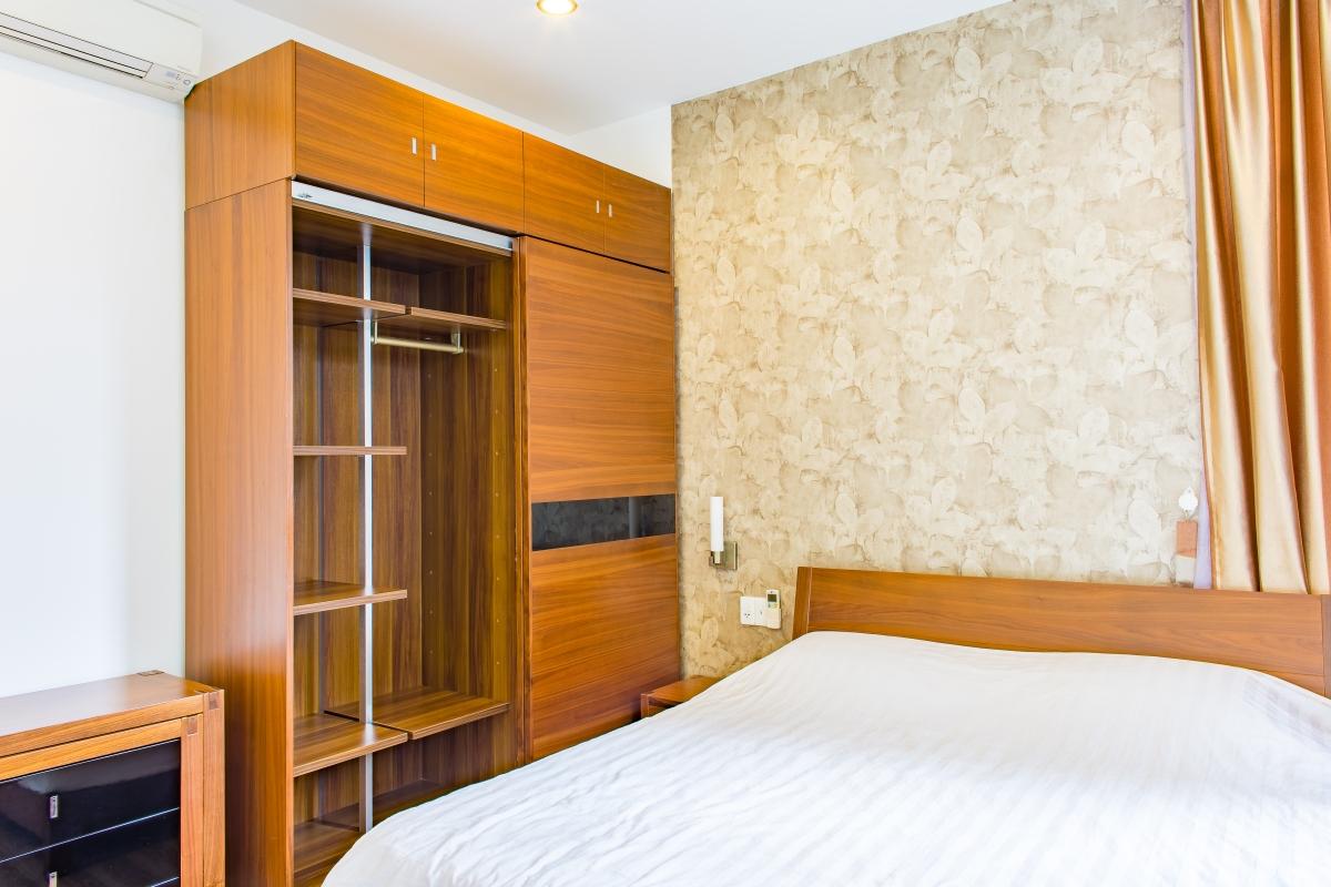 Nội thất phòng ngủ ngoài giường còn có tủ đồ cao kích trần, tủ thấp. Căn hộ hướng Bắc SEM Residence