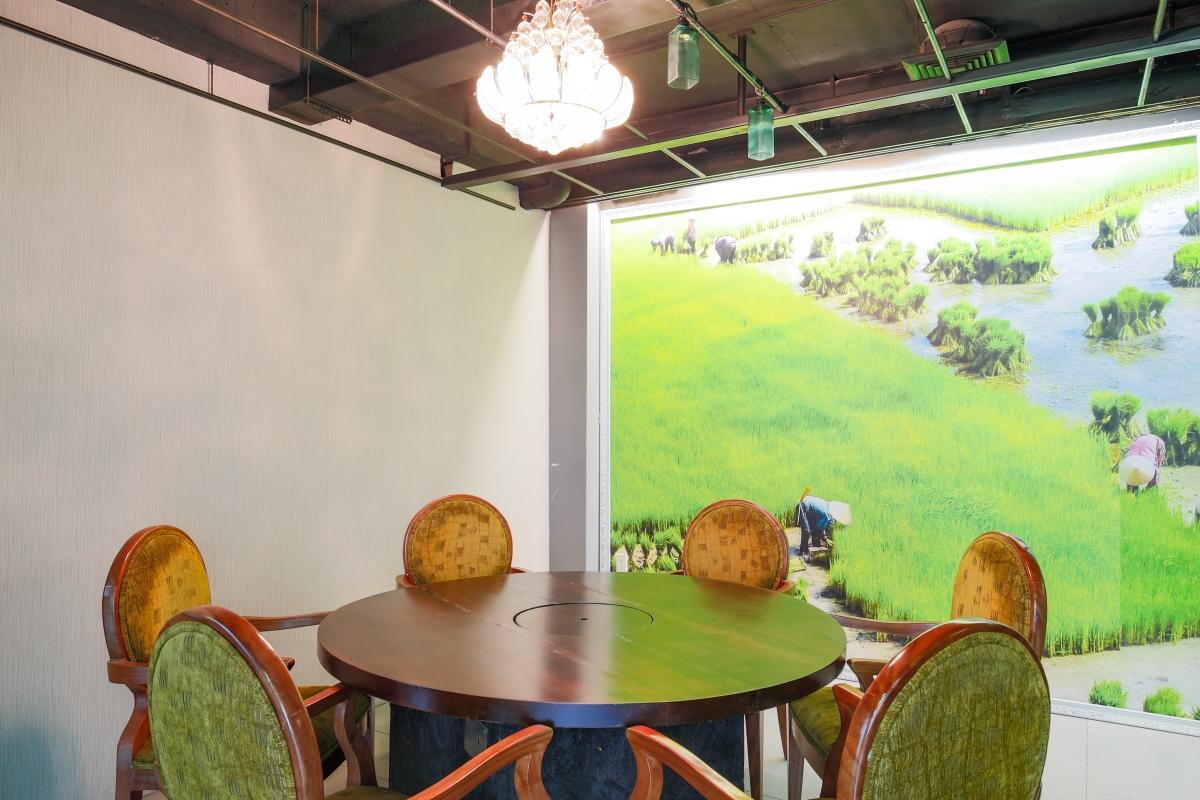Phòng ăn VIP có thiết kế trẻ trung Nhà 5 tầng mặt tiền Lê Ngô Cát
