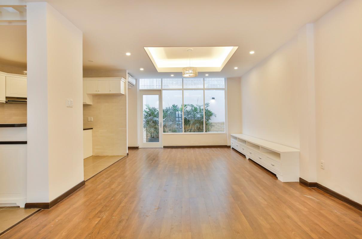 Phòng khách nhìn ra khu vườn Villa 3 tầng Lương Định Của Thủ Thiêm