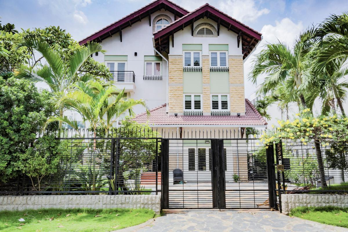 Căn villa được bao bọc bởi nhiều cây xanh Villa sân vườn có hồ bơi Nguyễn Văn Hưởng