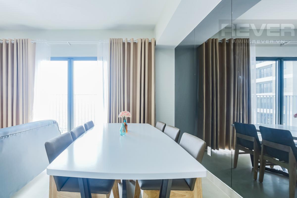 Tường kính ngay bàn ăn mang đến cảm giác rộng rãi cho toàn bộ gian phòng Căn góc tầng cao T1A Masteri Thảo Điền