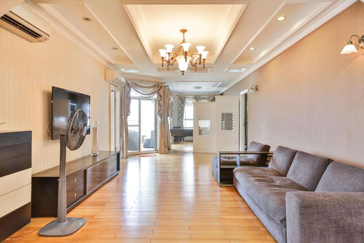 Phòng khách ấn tượng với nội thất tối giản mà sang trọng Căn hộ trung tầng tháp B Flemington