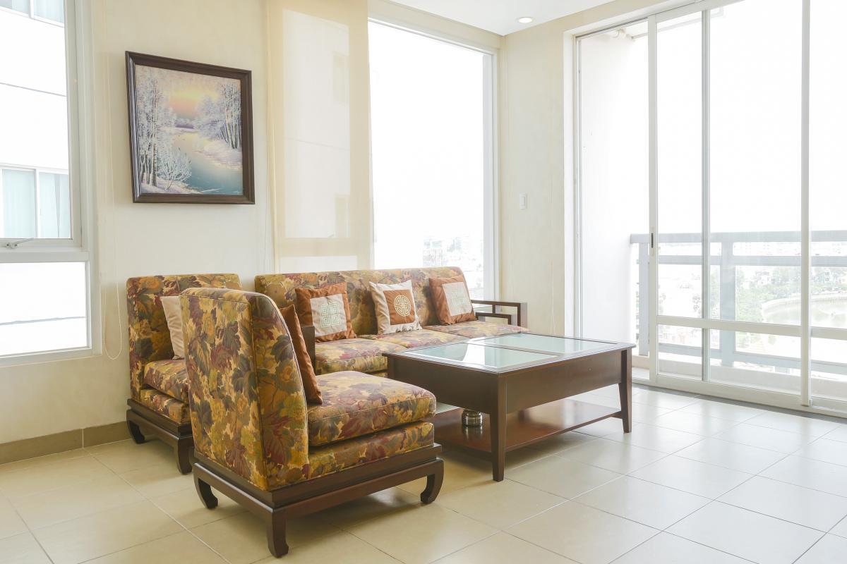 Sofa nhìn ra cửa kính Căn góc tầng cao Horizon Trần Quang Khải