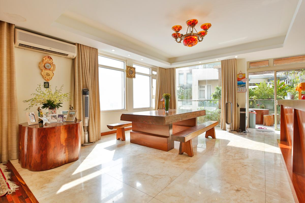 Khu vực bàn ăn với bộ bàn ăn làm từ gỗ nguyên khối Penthouse hướng Nam Sapphire 1 Sài Gòn Pearl