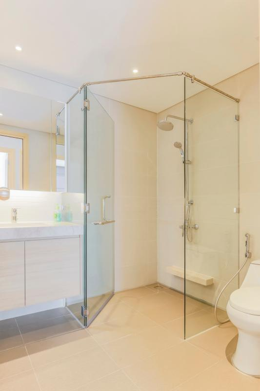 Buồng tắm đứng ở phòng tắm 2 Bán căn hộ Sarimi Sala Đại Quang Minh 87m2, 2PN 2WC, nội thất tiện nghi