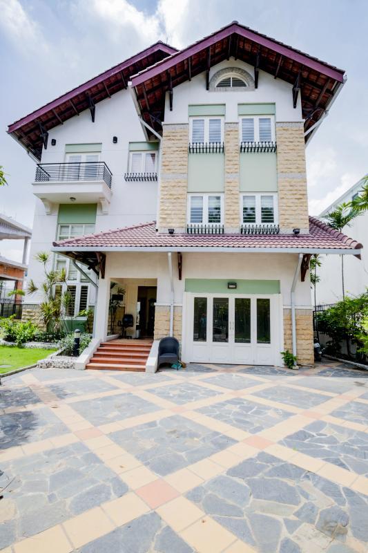 Villa có kiến trúc hiện hai đại với mái ngói đỏ. Villa sân vườn có hồ bơi Nguyễn Văn Hưởng