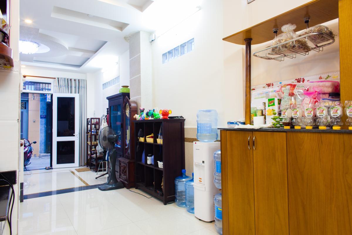 Không gian phía trước tầng trệt Nhà 3 tầng hẻm Bùi Văn Thêm quận Phú Nhuận