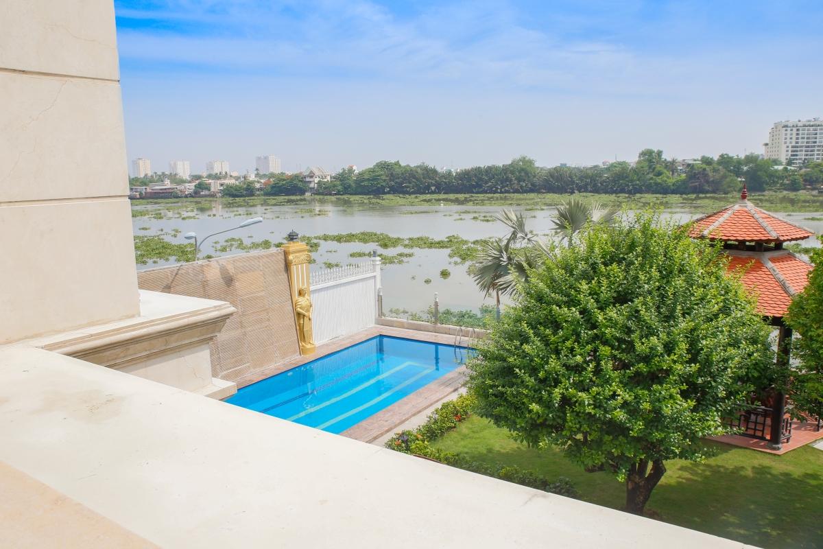 Sân vườn và hồ bơi của villa Villa view sông Riverside Palace Thảo Điền