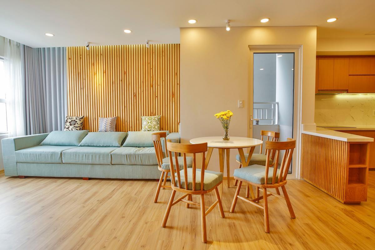Phòng khách hướng Đông Nam Căn hộ Sunrise City X2 độc đáo với nội thất thông minh