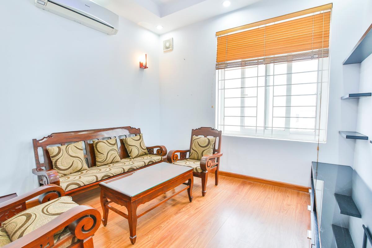 Phòng khách với sàn gỗ và nội thất gỗ sang trọng Căn hộ tầng cao B Lữ Gia Plaza