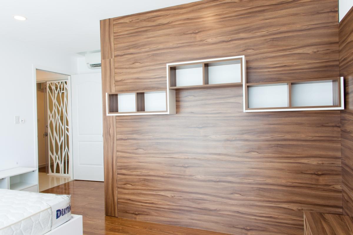 Tường ốp gỗ kết hợp kệ đồ trong phòng ngủ Căn hộ tầng cao tháp L Happy Valley