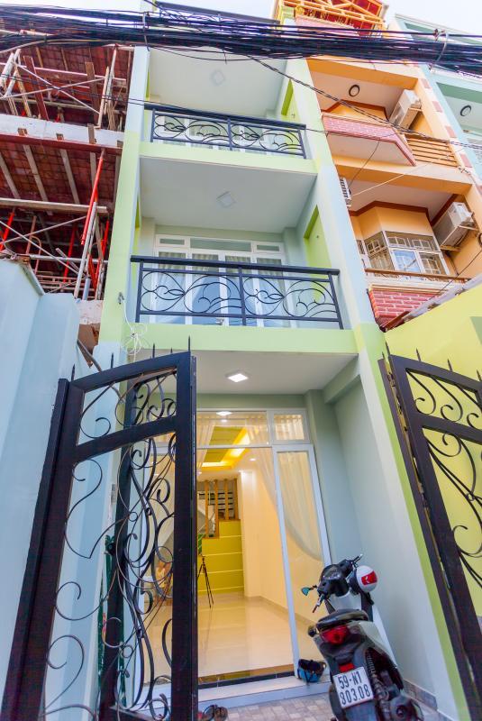 Mặt tiền nhà Nhà 4 tầng hẻm Phan Xích Long hướng Đông Nam thoáng mát