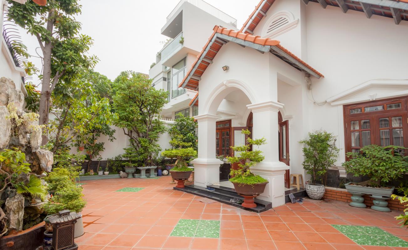 Sân vườn lát gạch đỏ Villa hướng Tây Bắc Đường 12 Thảo Điền