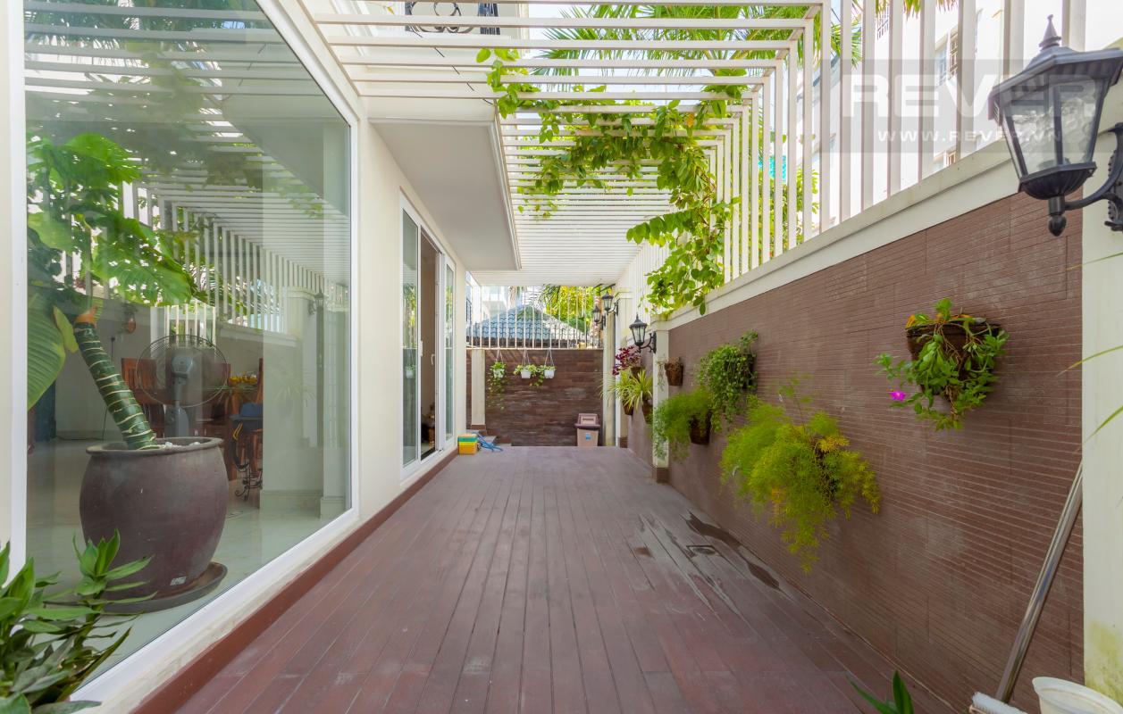 Lối đi lót gỗ Villa 3 tầng Đường Số 14 Hoàng Quốc Việt