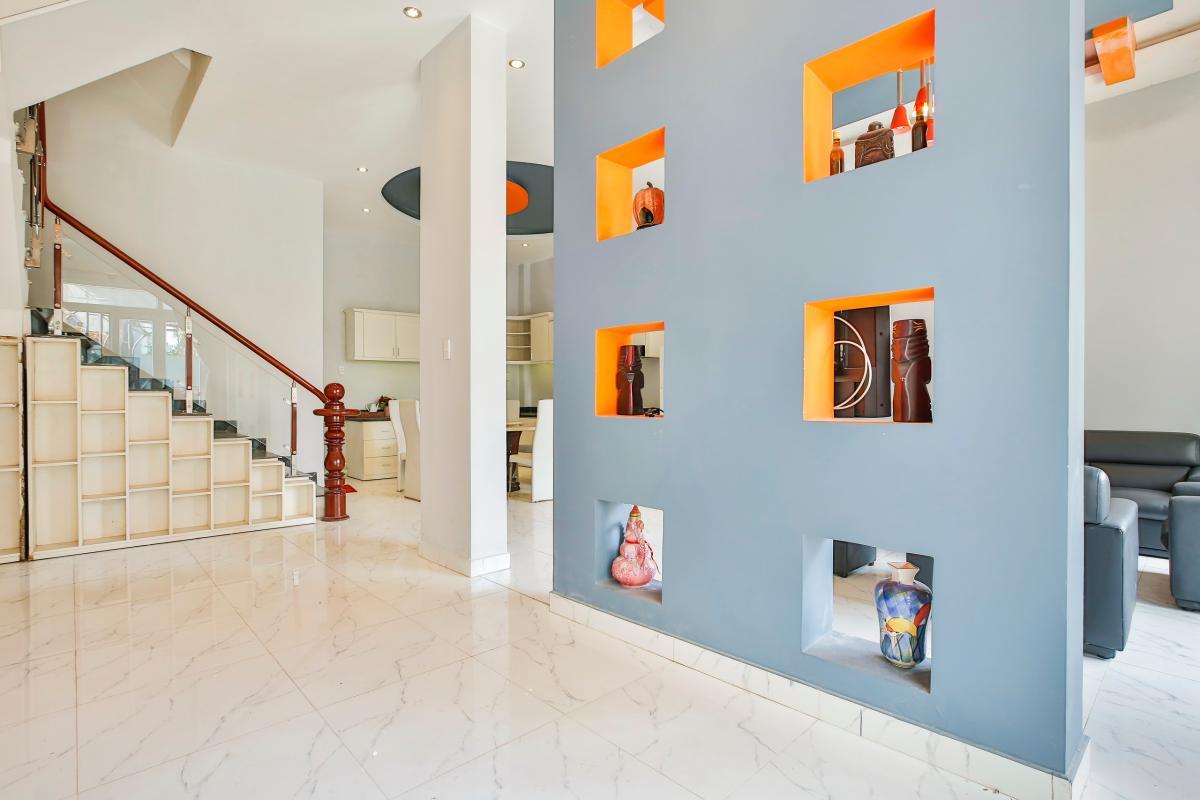 Cầu thang dẫn lên tầng trên Nhà 4 tầng Tống Hữu Định Thảo Điền