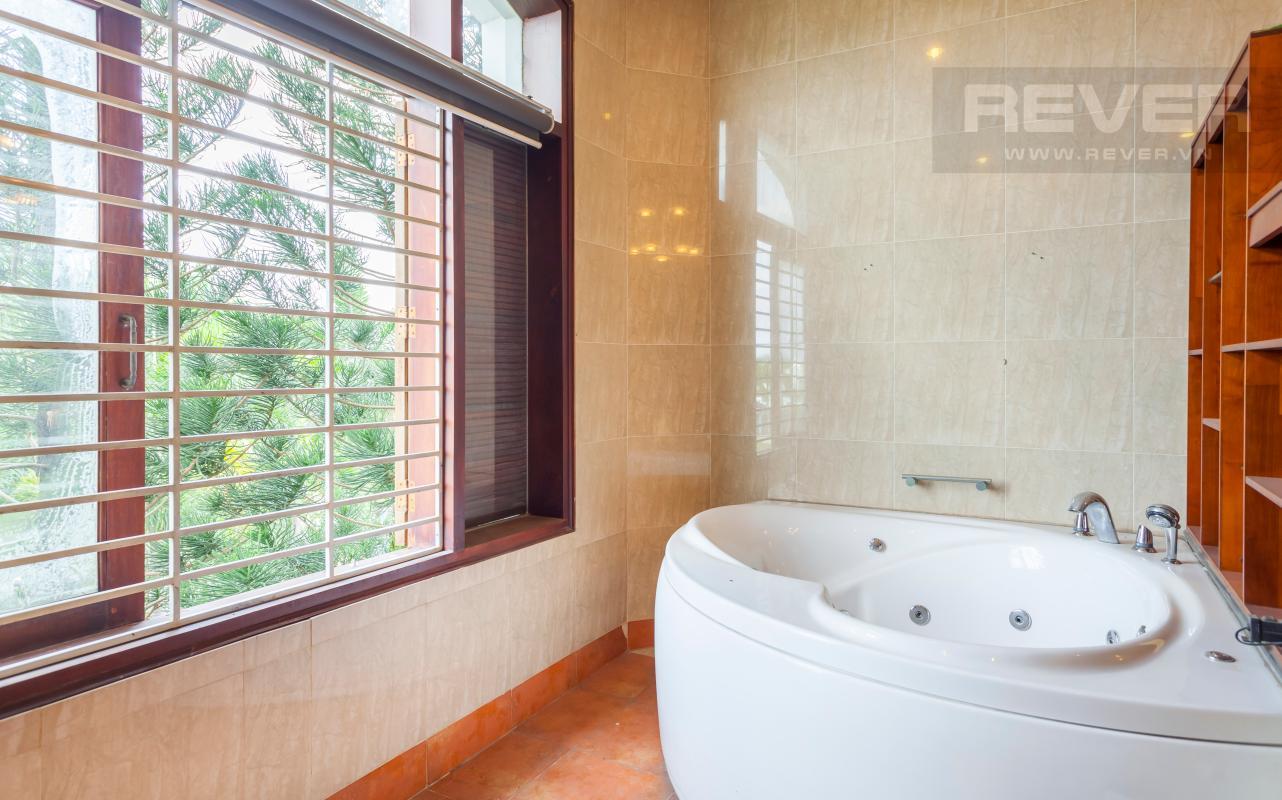 Phòng tắm với bồn tắm thủy lực Villa sân vườn hướng Tây Đại học Bách Khoa