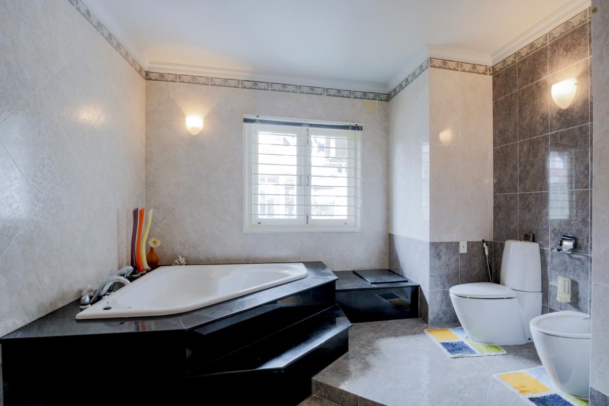 Phòng tắm chính Villa sân vườn có hồ bơi Nguyễn Văn Hưởng