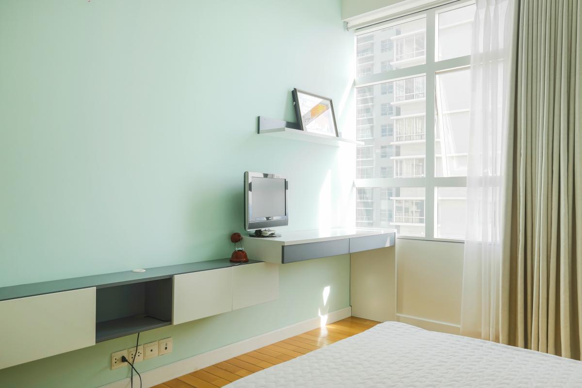 Kệ tủ TV và góc bàn làm việc ở phòng ngủ 2 Căn góc Sunrise City tầng cao tháp V4 hướng Tây Nam, 3 phòng ngủ