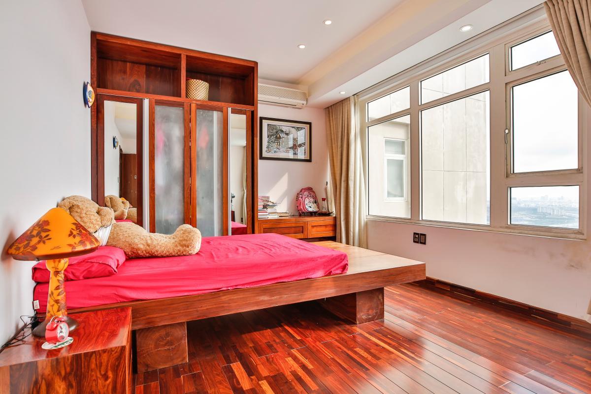 Phòng ngủ chính view thoáng đãng Penthouse hướng Nam Sapphire 1 Sài Gòn Pearl