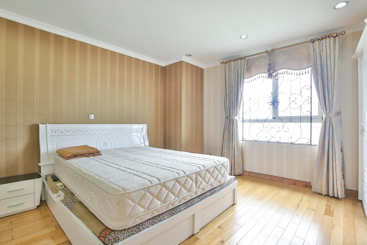 Phòng ngủ với nội thất cao cấp Căn hộ trung tầng tháp B Flemington
