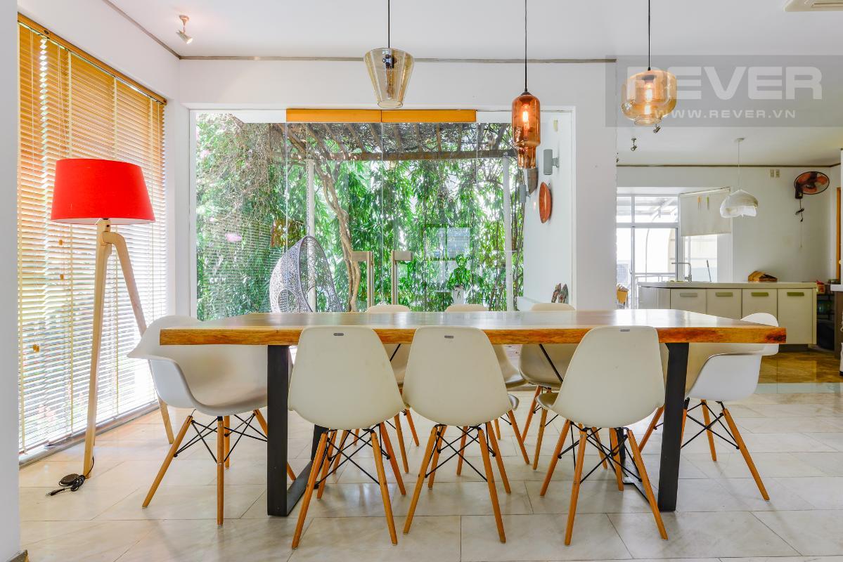 Không gian bàn ăn nhìn thẳng ra sân vườn Villa 2 tầng có sân vườn hướng Đông Bắc Hưng Thái 2