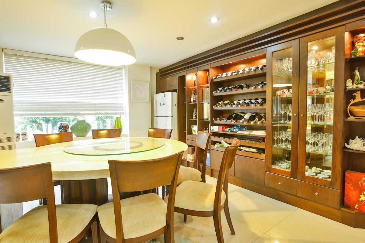 Khu bàn tiệc với tủ rượu lớn Villa sân vườn Nam Thông 3