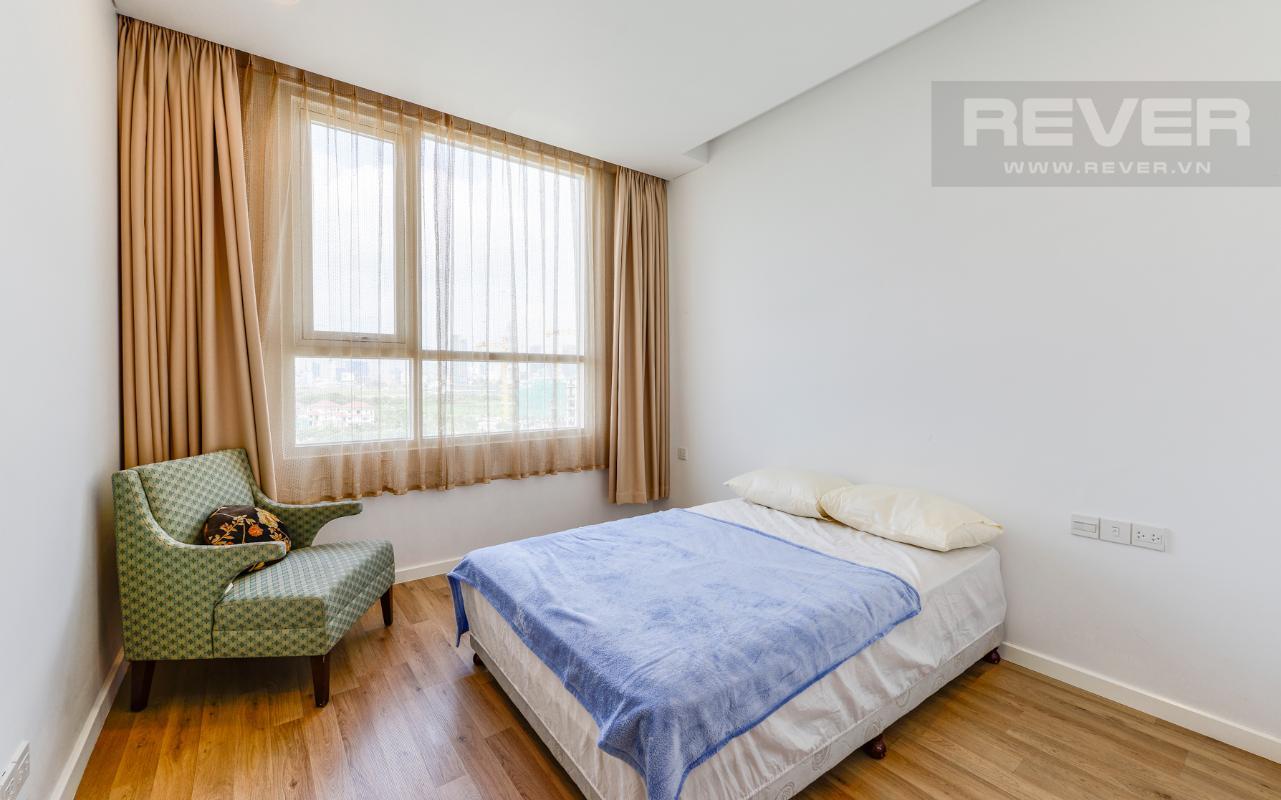 Phòng ngủ 1 có ghế sofa đơn Căn hộ A1 Sarimi hai phòng ngủ, nhìn về trung tâm thành phố