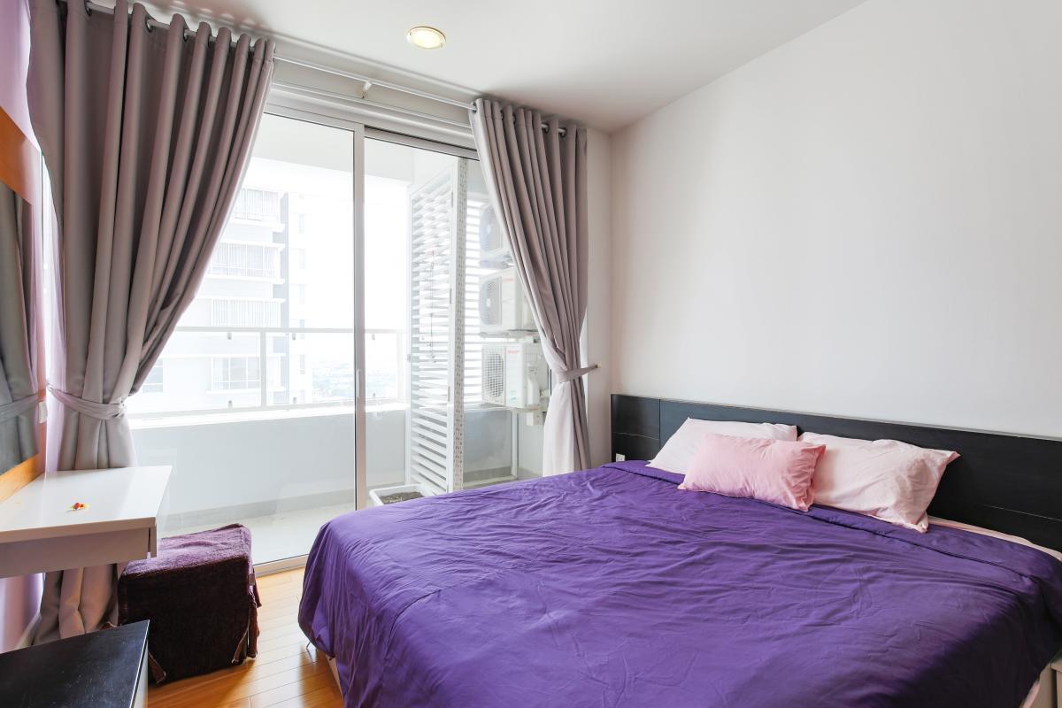Phòng ngủ chính với ban công view nội khhu Căn hộ tầng cao V4 Sunrise City