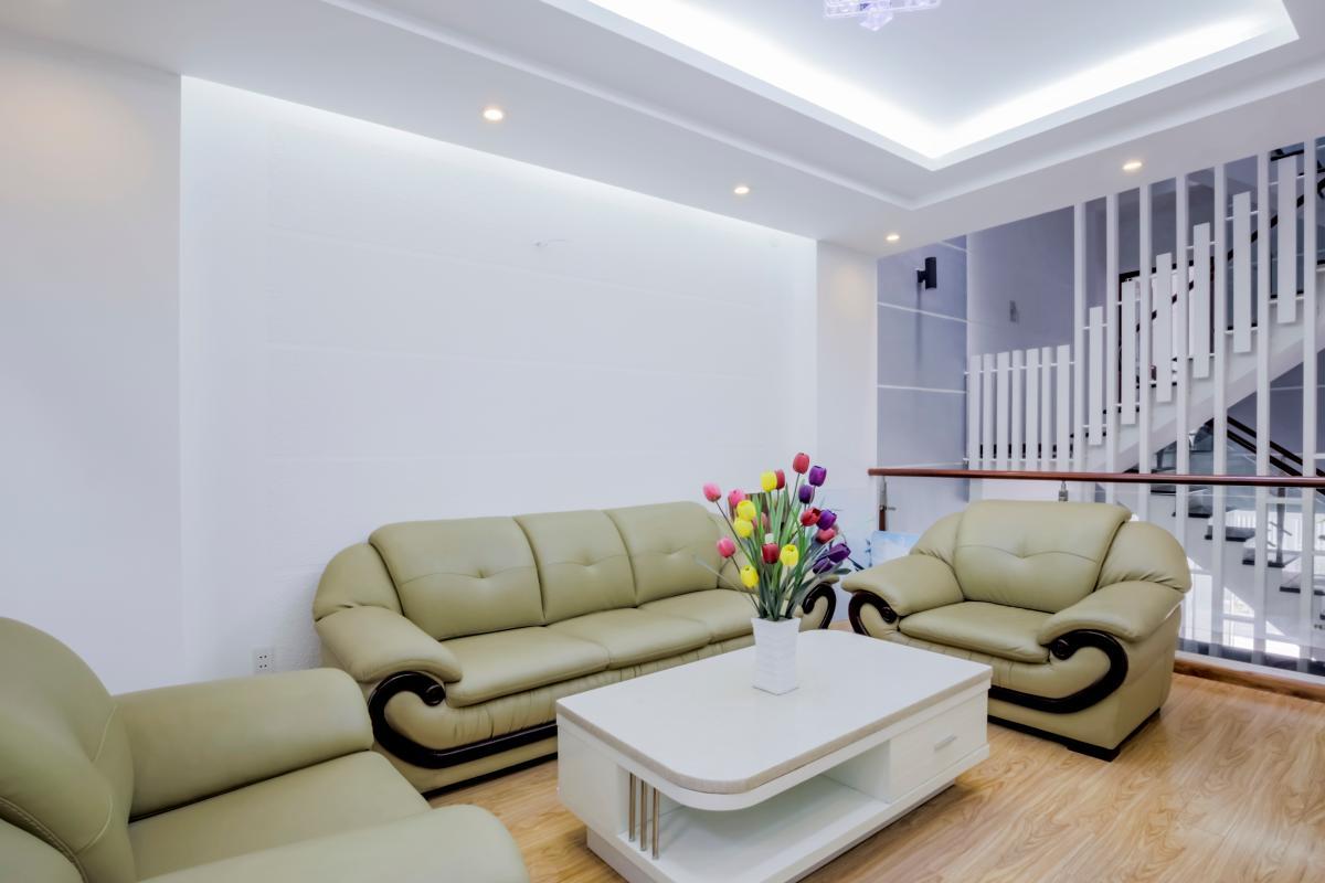 Phòng khách với sàn gỗ, ghế sofa da cao cấp Nhà 4 tầng mặt tiền đường Số 11 Tân Kiểng quận 7