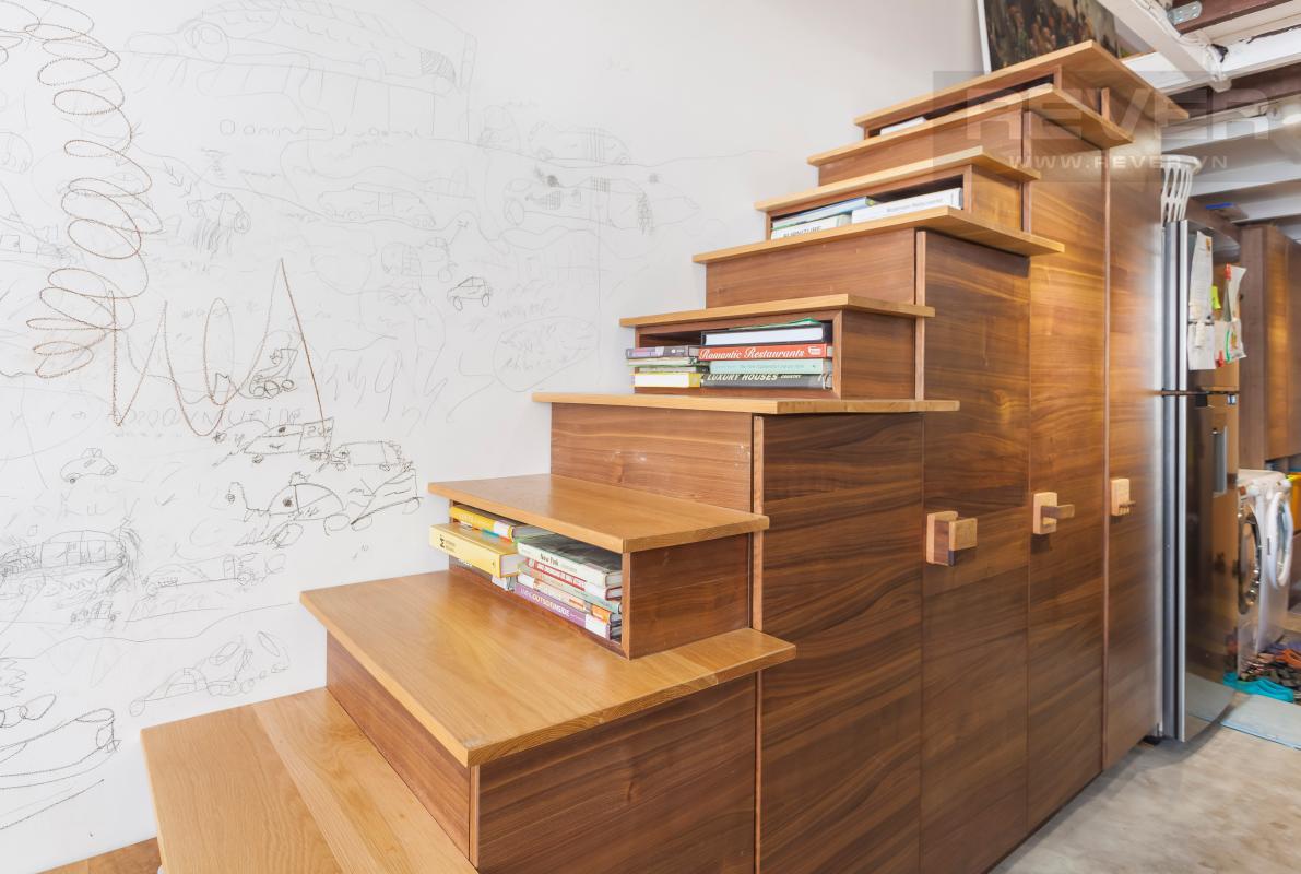 Cầu thang vừa là tủ đồ vừa là kệ sách Căn hộ officetel LE Lexington nội thất độc đáo, có gác lửng