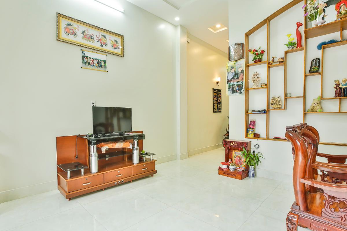 Kệ tủ TV gọng gàng Nhà 3 tầng Tăng Nhơn Phú quận 9